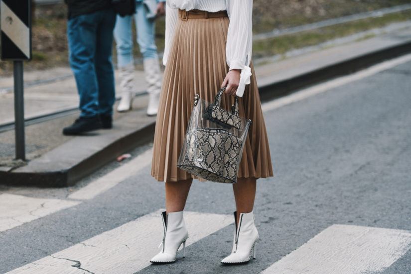Plisowana spódnica w stylizacjach na wybiegach i w modzie ulicznej pojawia się już od wielu sezonów.