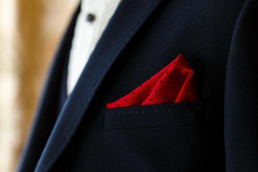 Zobacz, jak nosić poszetkę, by wyglądać elegancko i stylowo.