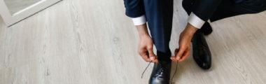 Nie wiesz, jakie buty do granatowego garnituru dobrać? Sprawdź modne propozycje stylizacji!