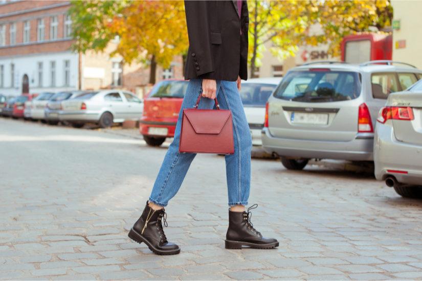Trapery damskie doskonale sprawdzą się w miejskich stylizacjach, ale przydadzą się też na weekendowe wypady.