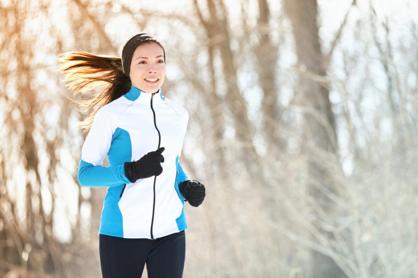 Planujesz bieganie zimą? Sprawdź, jak się ubrać, by zadbać o swój komfort i bezpieczeństwo.