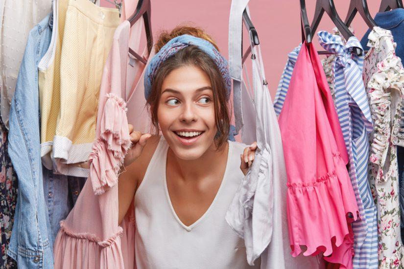 Co zrobić ze starymi ubraniami – oddać, sprzedać, przerobić? Krótki poradnik