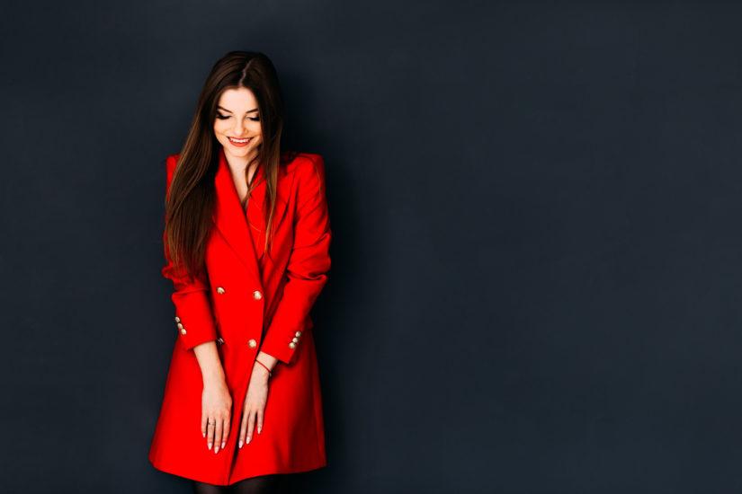 Czerwony płaszcz i modne stylizacje z nim w roli głównej to ponadczasowy wybór!