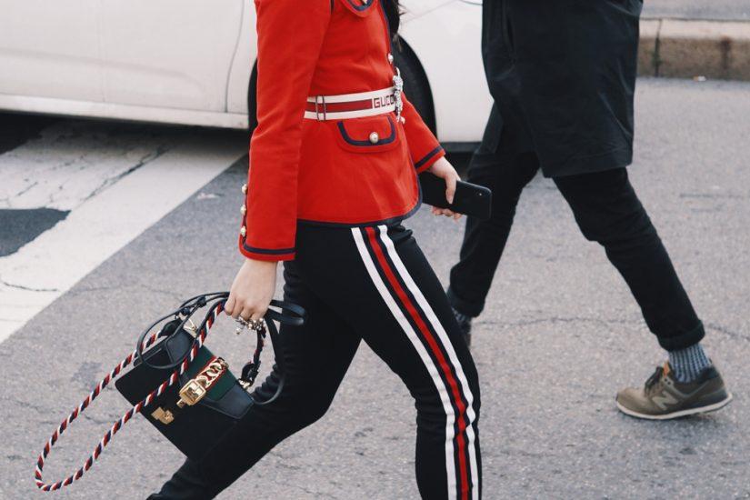 spodnie z lampasami jak nosić moda 2020