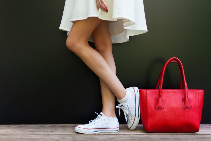 białe trampki jak nosić