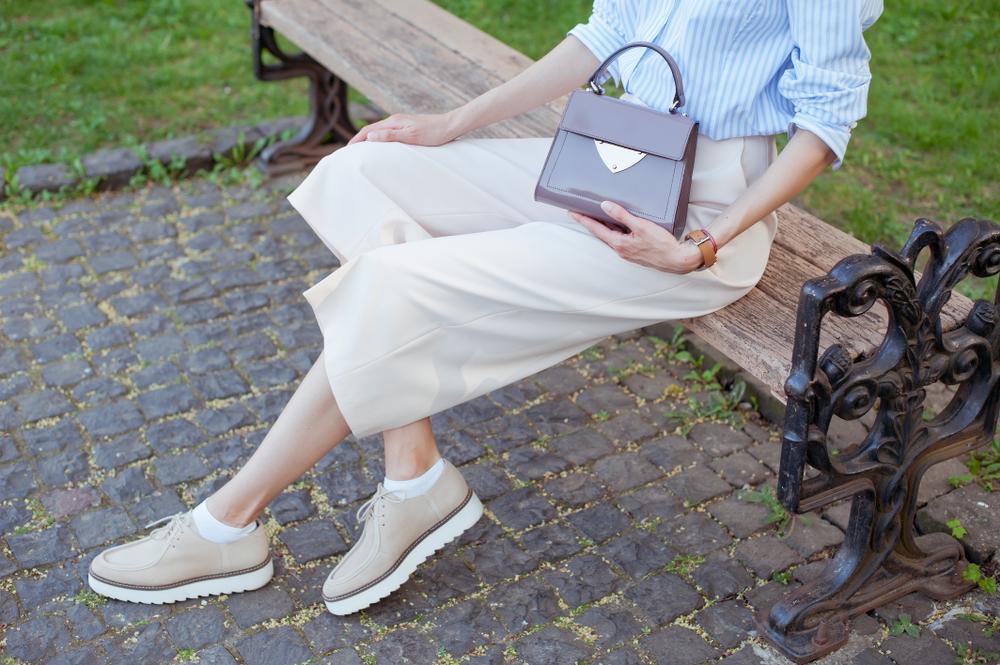 beżowe spodnie culotte stylizacja