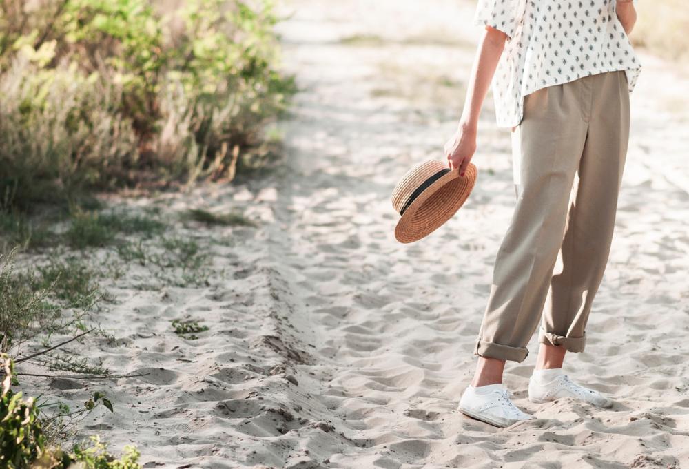 beżowe spodnie stylizacja na lato