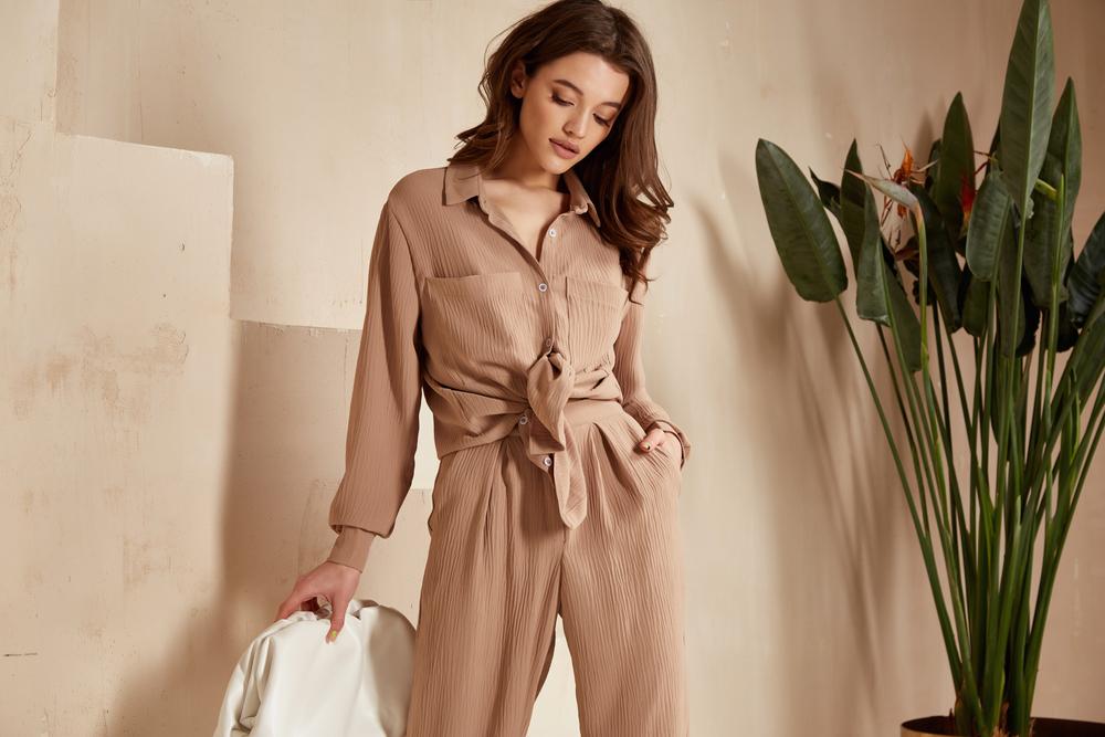 stylizacja z beżowymi spodniami total look