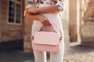 Modne torebki na lato z wyprzedaży to np. modele w odcieniach różu i bieli.