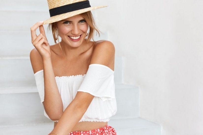 Białe bluzki na lato to m.in. modele z hiszpańskim dekoltem