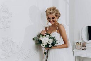 Suknia ślubna z sieciówki będzie równie efektowna jak ta z salonu ślubnego.