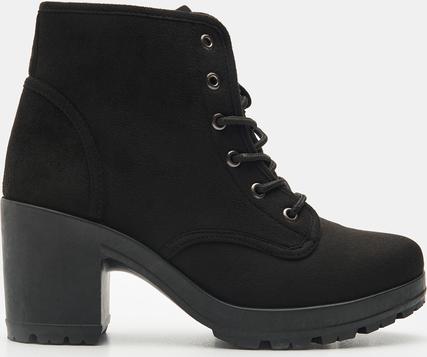 Czarne sznurowane botki na obcasie sprawdzą się w casualowych stylizacjach