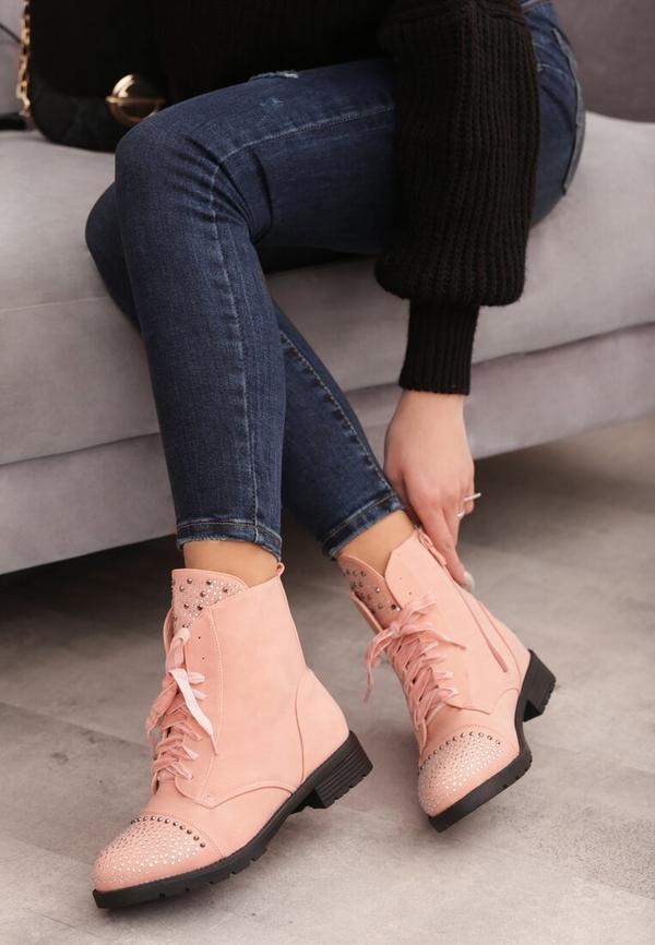 Różowe botki to ciekawa alternatywa dla butów w ciemnych kolorach