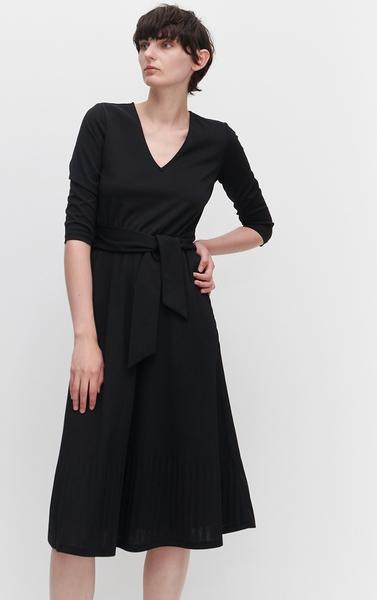 Czarna sukienka midi z dekoltem w kształcie litery V to idealne połączenie elegancji i codziennej wygody