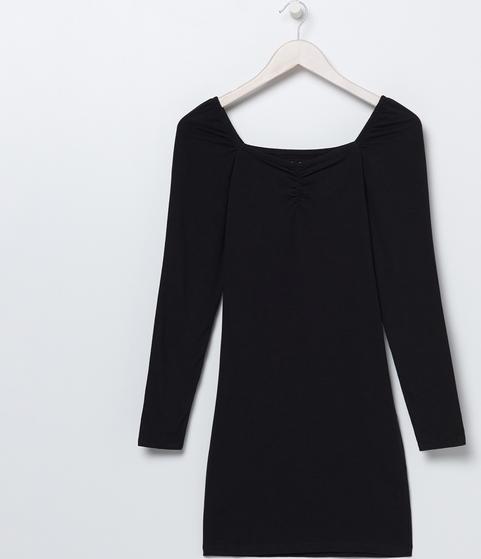 Czarna sukienka z długim rękawem będzie doskonałą bazą wielu jesienno-zimowych stylizacji