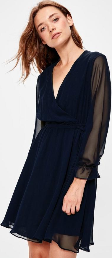 Czarna sukienka wieczorowa to uniwersalny strój na wiele okazji