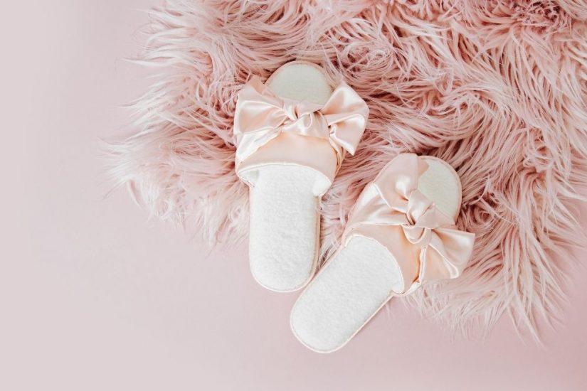 Idealne buty po domu to kapcie damskie z futrem i klapki w stylu retro