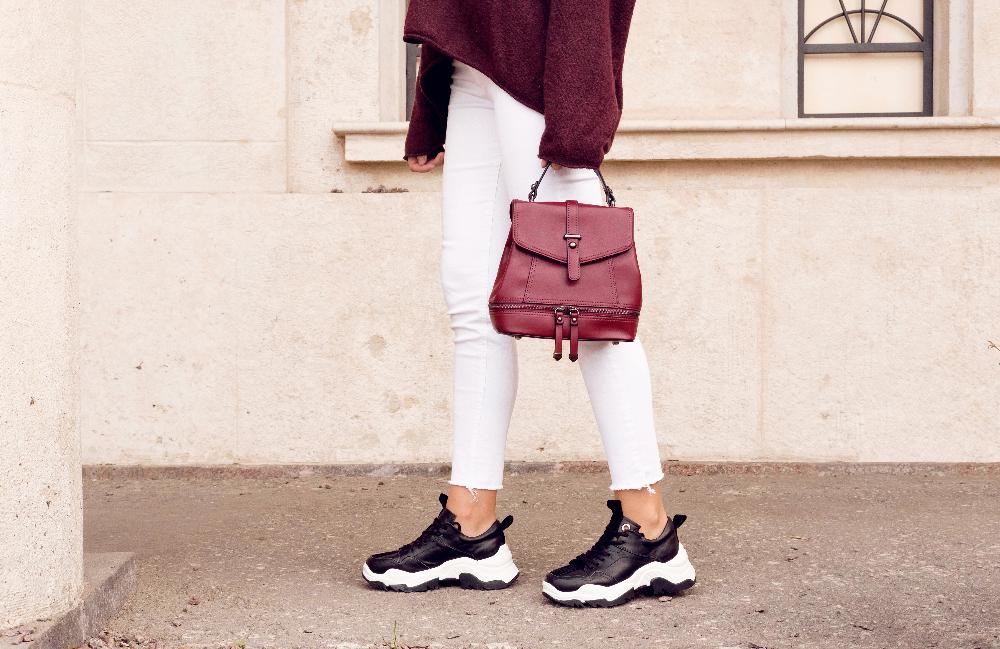 Czarne sneakersy z wyprzedaży to uniwersalny wybór na wiosnę i lato