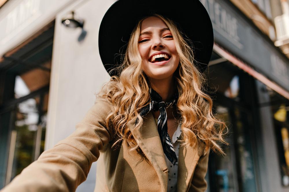 Wiązanie chustki na szyi to idealny dodatek do każdego looku