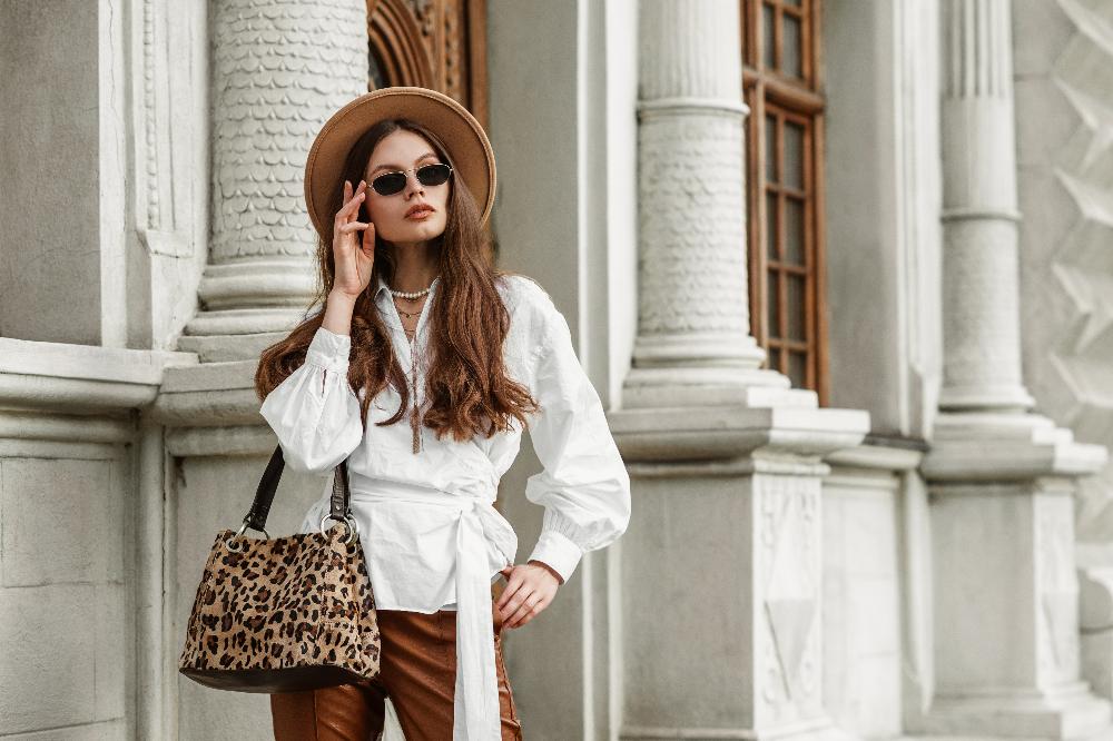 Biała koszula w stylizacji inspirowanej paryżankami to hit tego sezonu
