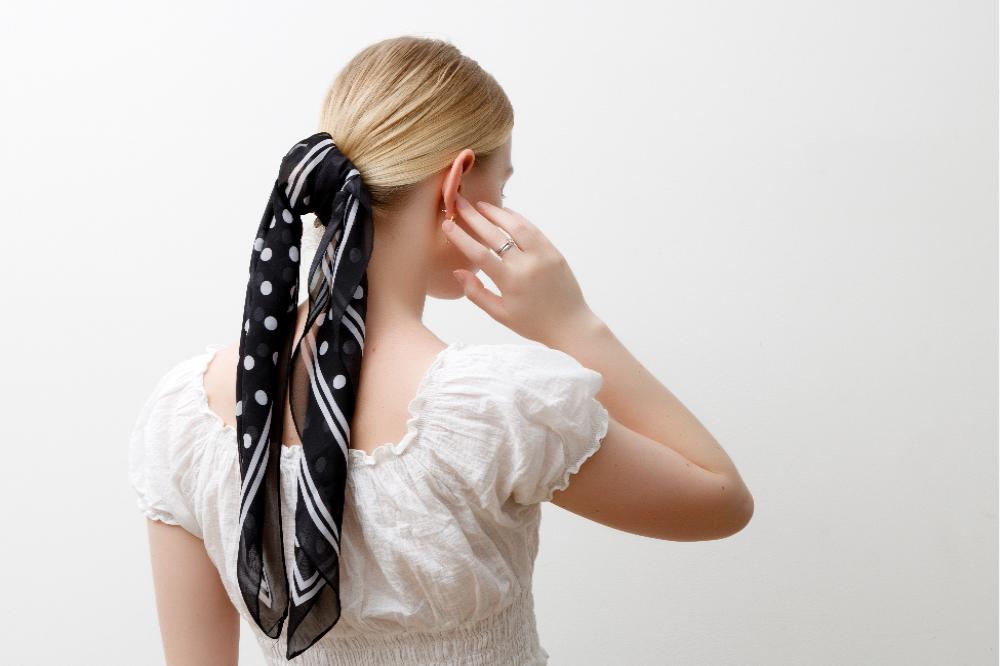Wiązanie chustki zamiast gumki do włosów to połączenie mody i wygody