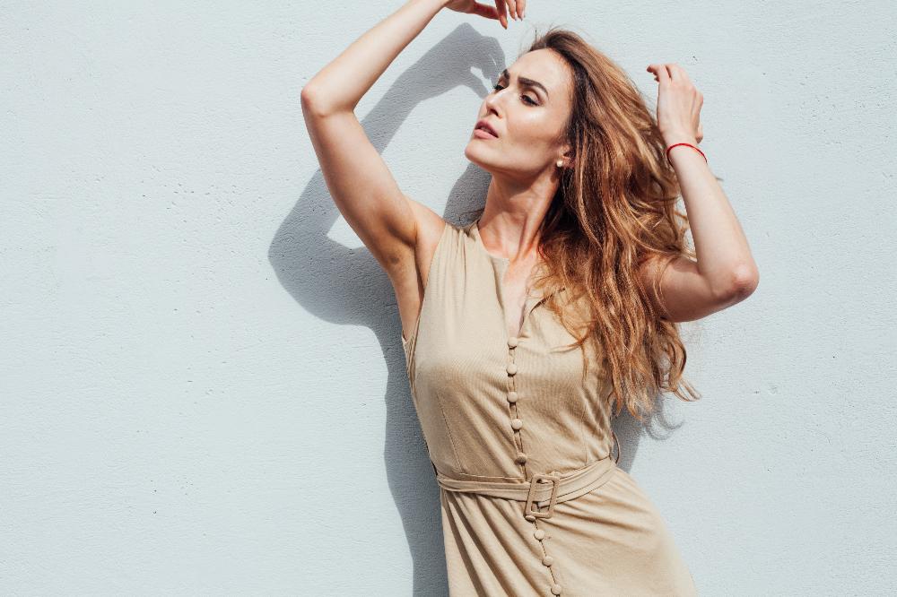 Sukienka ecru to doskonały wybór dla właścicielek urody typu wiosna