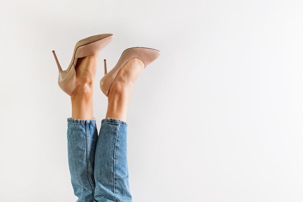 Beżowe szpilki i jeansy damskie to hit w modzie casualowej