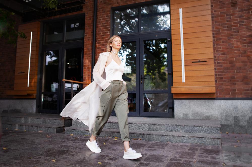 Dodaj szerokie spodnie do stylizacji na wiosnę 2021, aby stworzyć ultramodny look