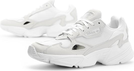 Białe sneakersy adidas z wyprzedaży to hit wśród kobiet
