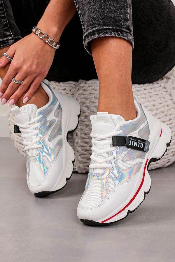 Modne sneakersy z wyprzedaży 2021 to idealny dodatek do casualowych looków