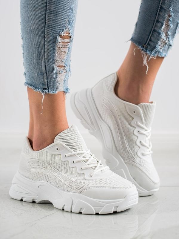 Białe sneakersy z wyprzedaży to uniwersalny wybór na lata