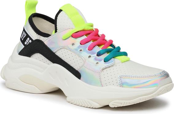 Modne sneakersy z wyprzedaży dodają lookom futurystycznego charakteru