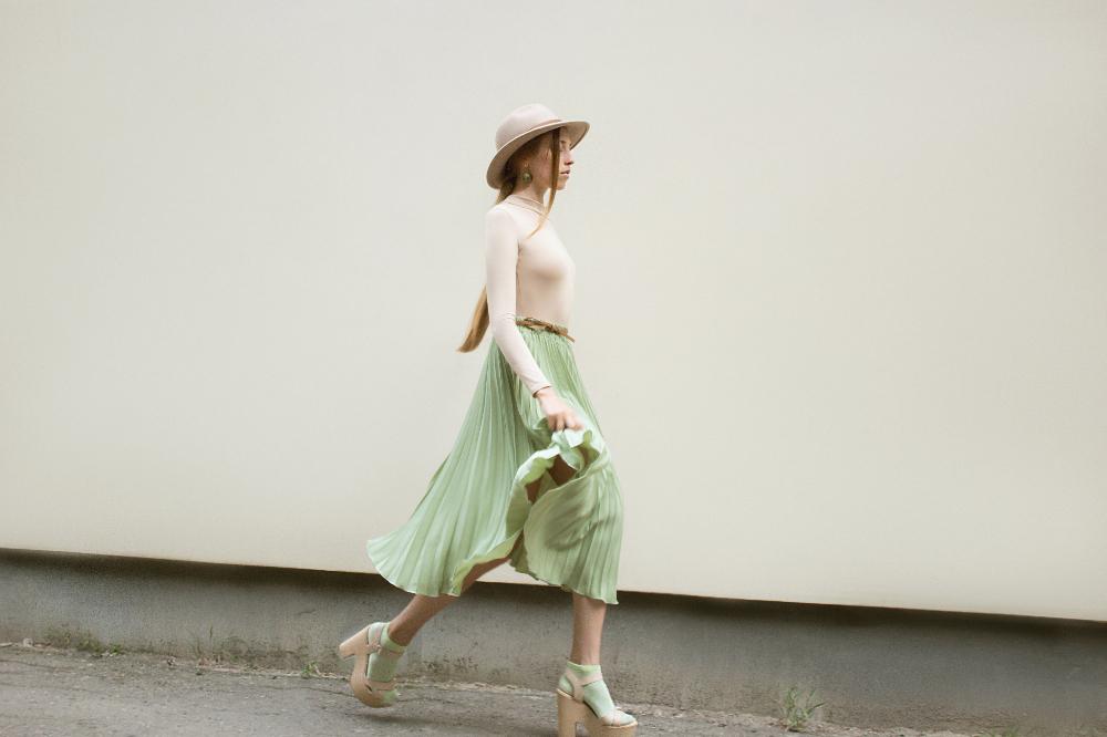 Jak wykorzystać plisowaną spódnicę w stylizacjach na słoneczne dni?