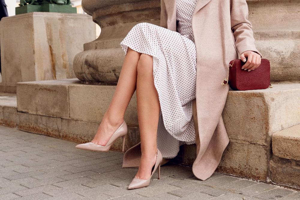 Beżowe szpilki idealnie pasują do sukienek