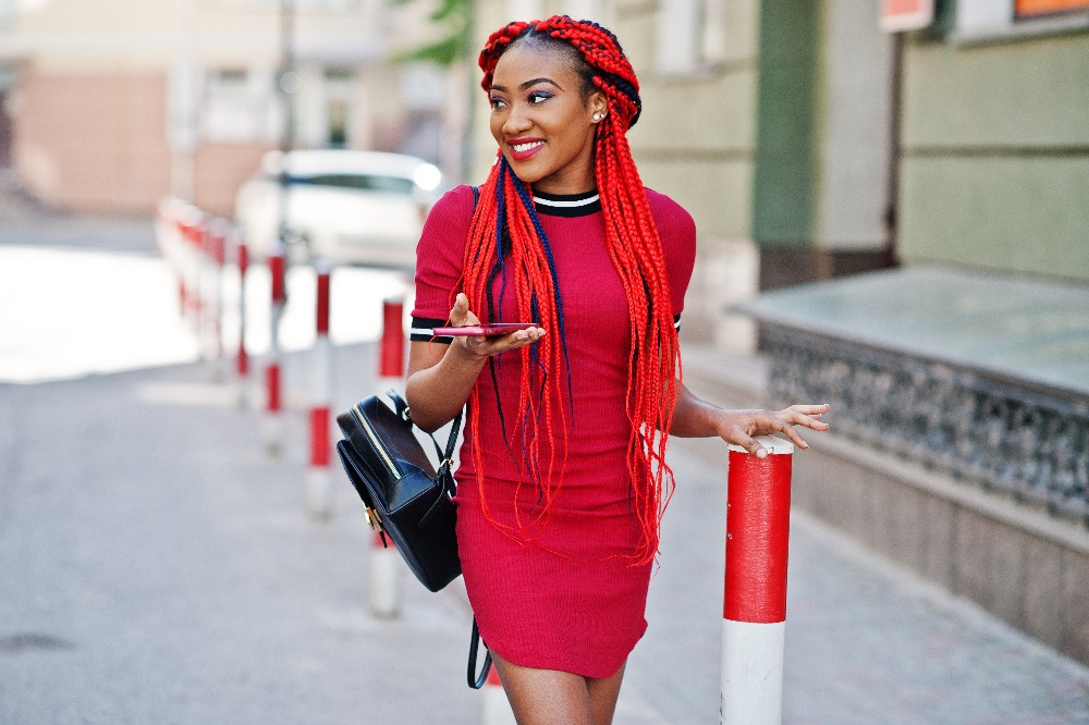 Prosta sukienka na wiosnę 2021 w czerwonym wydaniu doda stylizacjom koloru i oryginalności