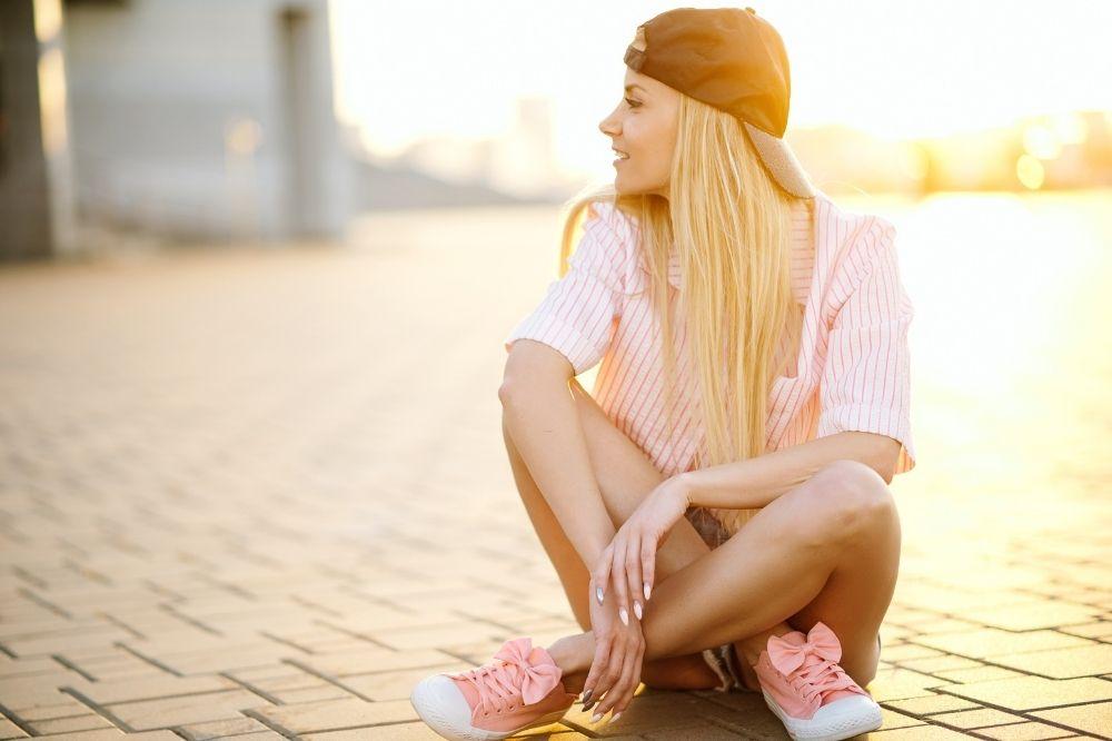 Damska czapka z daszkiem to połączenie mody i ochrony