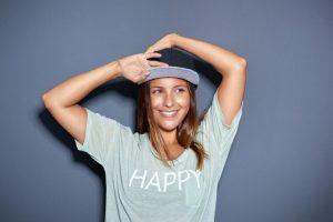 Czapka z daszkiem – jak nosić damskie akcesorium?