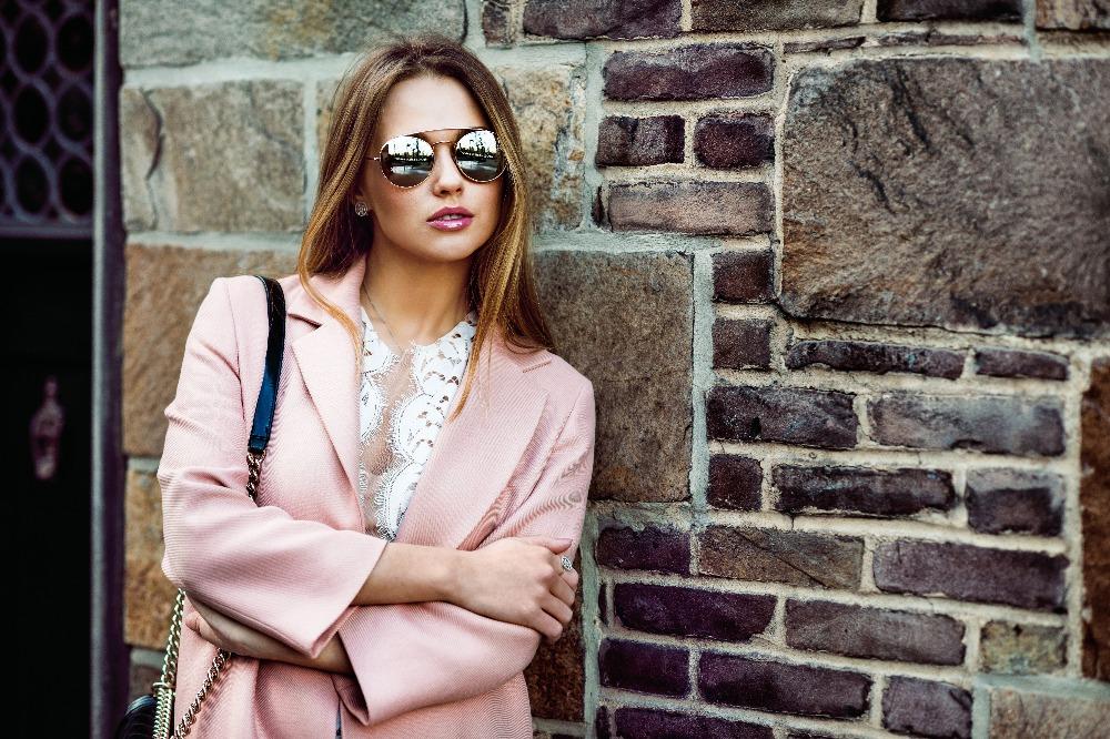 Elegancki płaszcz damski na wiosnę z wyprzedaży 2021 to uniwersalny model na każdą okazję