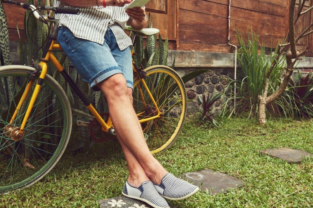 Jak nosić jeansowe szorty męskie w codziennych lookach?