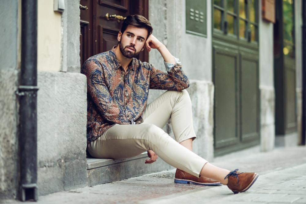 Modne koszule letnie męskie na 2021 to te pokryte wzorami