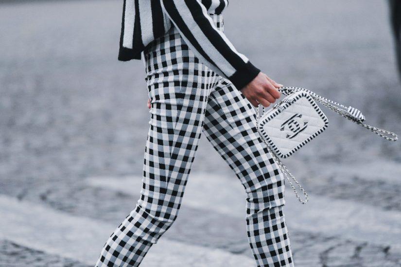 Spodnie w kratę – z czym łączyć wzorzysty dół? Pomysły na stylizacje
