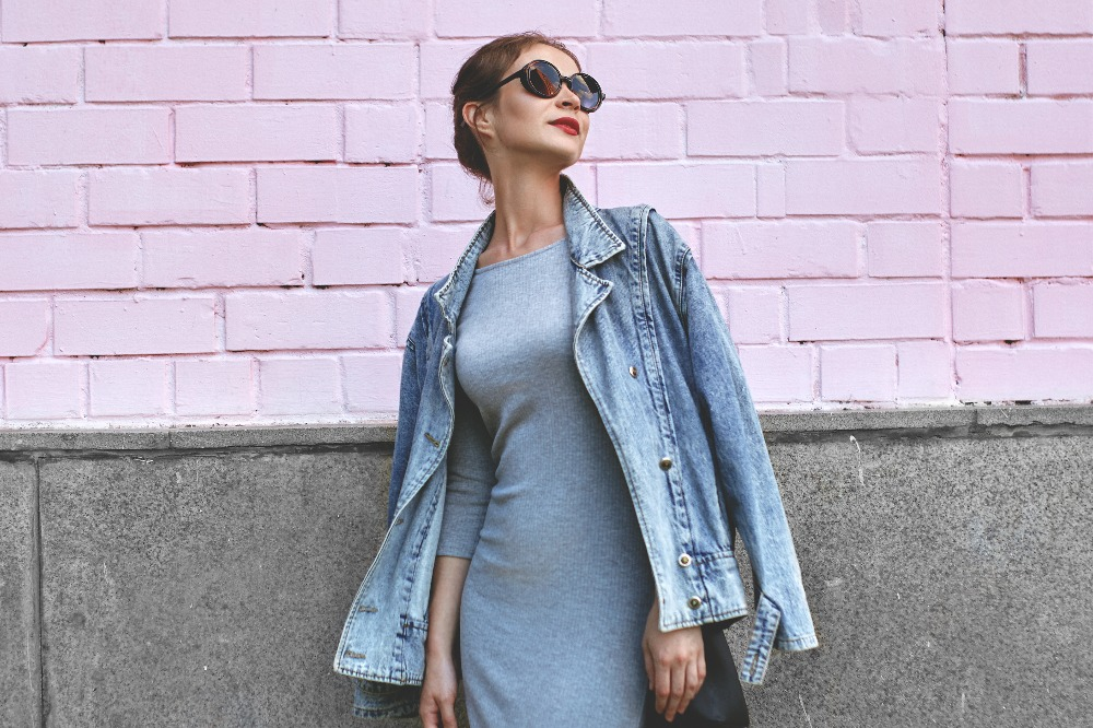 Szara prosta sukienka na wiosnę 2021 to ponadczasowy hit