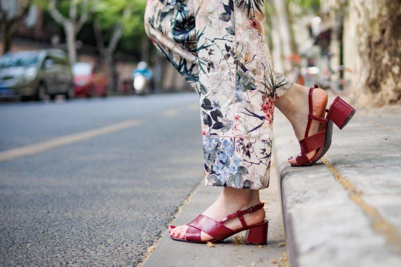 Tanie sandały damskie na lato 2021 – sprawdź modne modele do 75 zł!