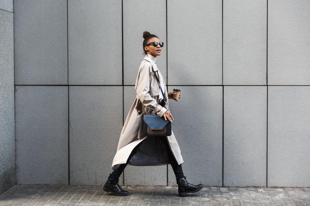 Trencz to ponadczasowy płaszcz damski wiosenny, który możesz upolować na wyprzedaży 2021