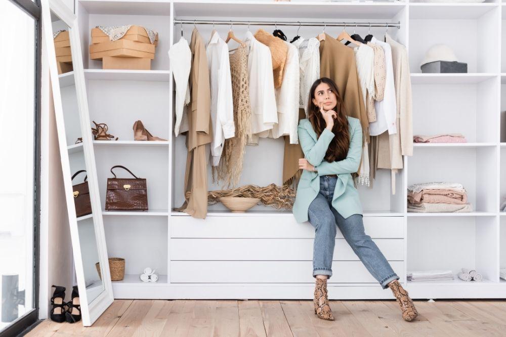 Jak dbać o ubrania? Zadbaj o to, jak je przechowujesz w szafie!