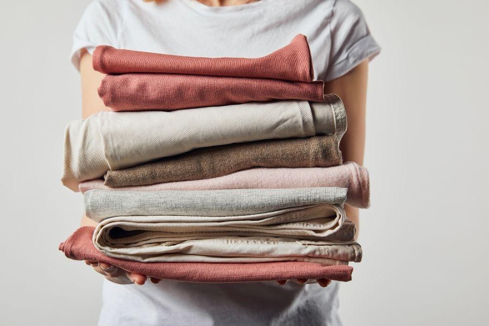 Odpowiednie suszenie i prasowanie to kolejna odpowiedź na to, jak dbać o ubrania