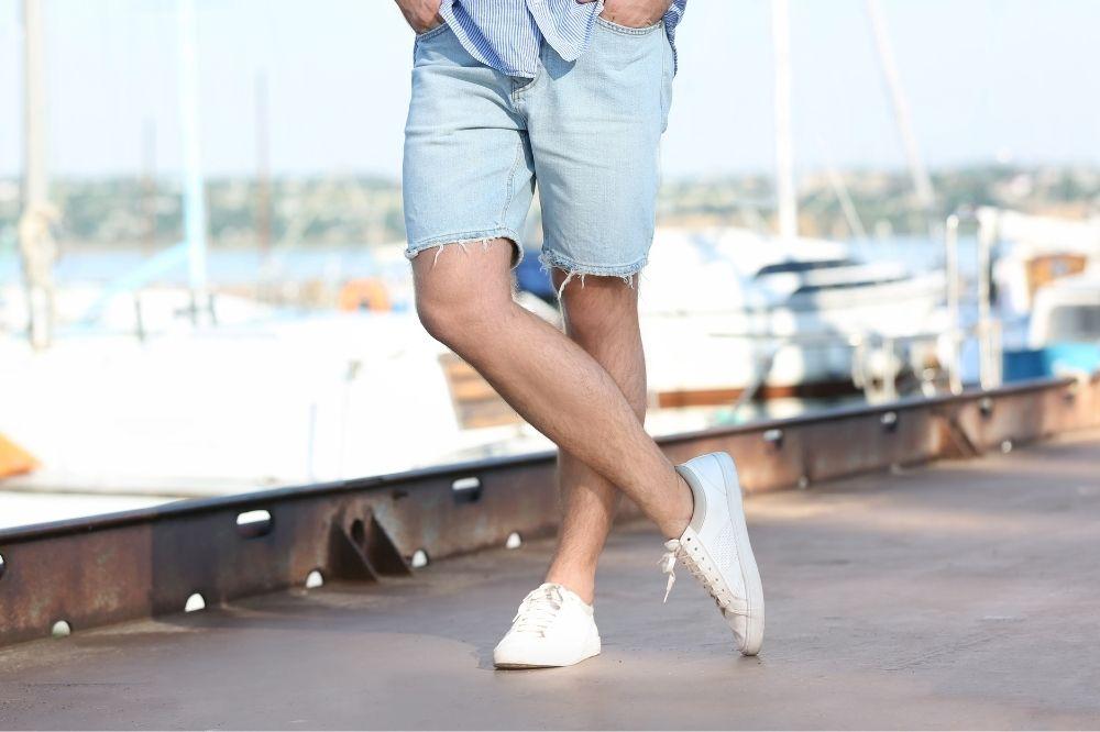 Bermudy męskie jeansowe sprawdzają się znakomicie w casualowych stylizacjach