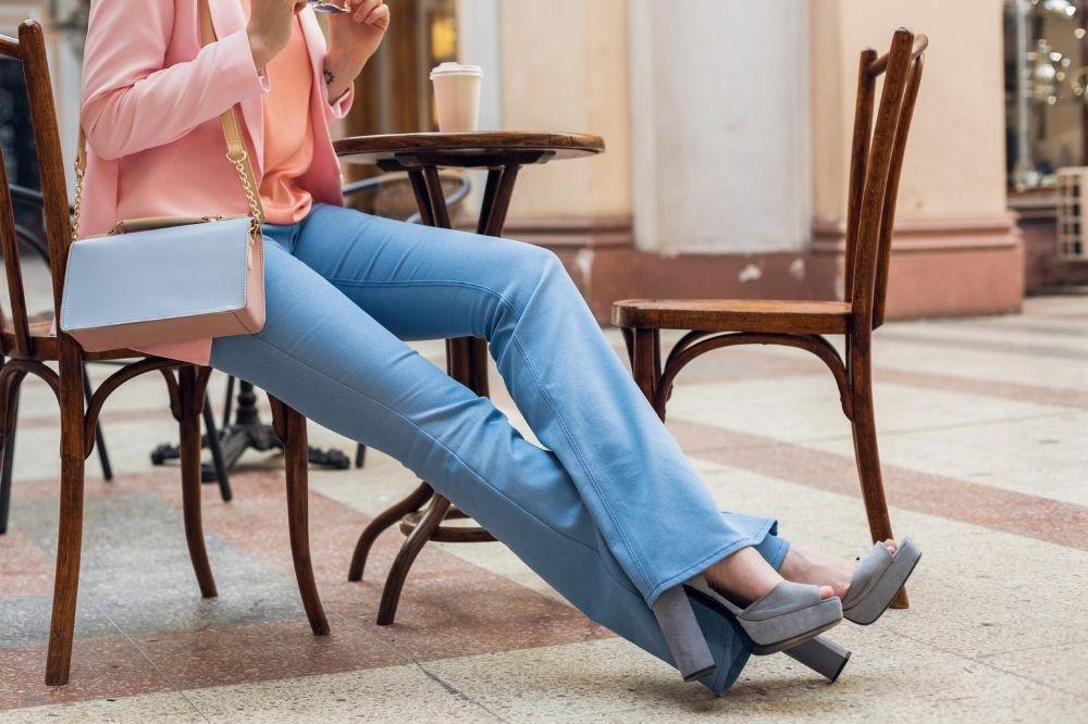 jakie buty na platformie pasują do spodni dzwonów?