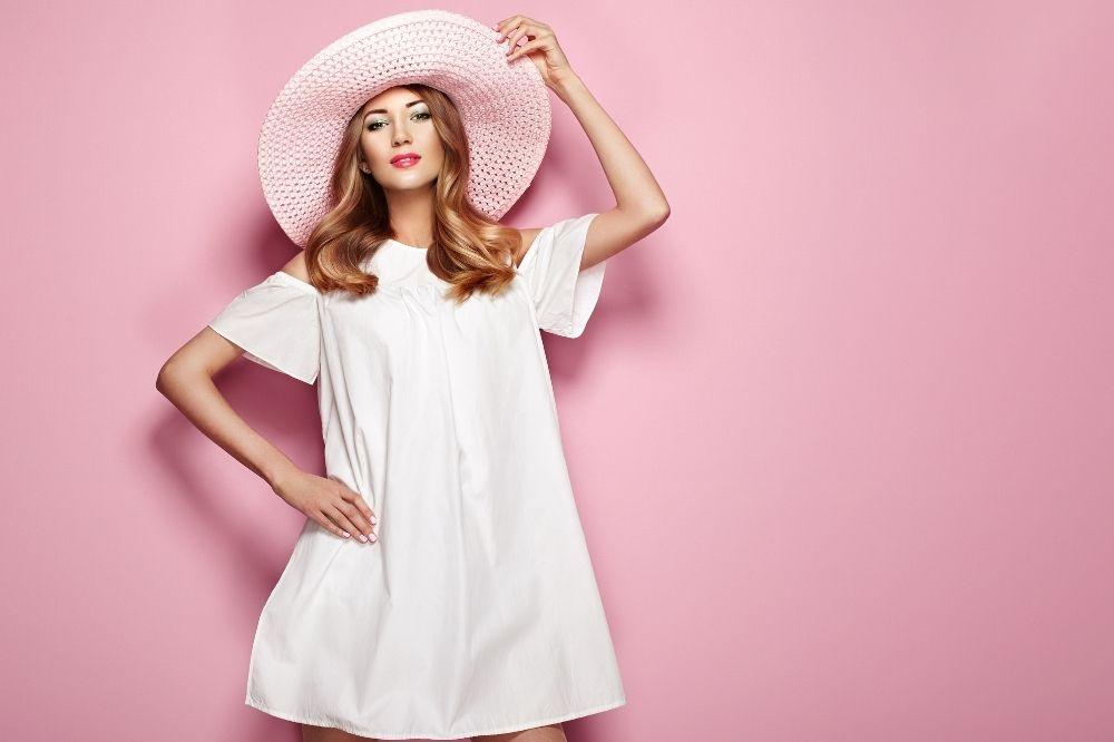 Jak zamaskować brzuch w sukience? Sprawdź nasze pomysły!