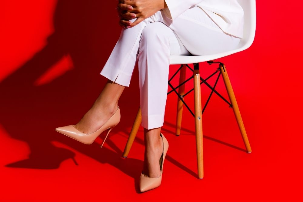 Jakie buty pasują do stylizacji na komunię ze spodniami? Czółenka i szpilki!